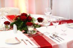 典雅的桌在红色和白色设置了婚姻或事件党的。 免版税库存照片