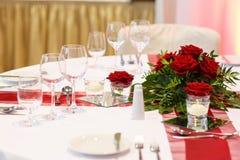 典雅的桌在红色和白色设置了婚姻或事件党的。 库存图片
