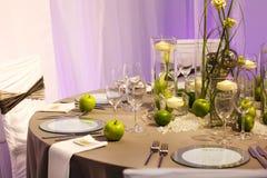 典雅的桌在绿色和白色设置了婚姻或事件党的。 免版税图库摄影