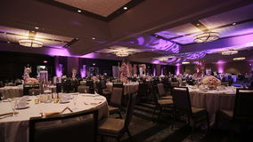 典雅的桌安排和承办酒席在结婚宴会,时髦的花束焦点 股票录像