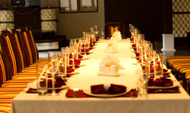 典雅的正式桌设置了与红色亚麻制口音 免版税图库摄影