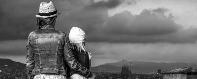 典雅的母亲和女儿在调查距离的巴塞罗那 库存图片
