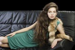 典雅的毛皮女孩绿色年轻人 库存图片