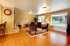 典雅的温暖的颜色装备了客厅与宽窗口 库存图片