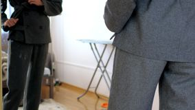 典雅的灰色办公室衣服的慢动作亭亭玉立的女孩在镜子 股票视频