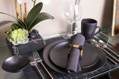 典雅的现代餐位餐具表 免版税库存图片