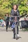 典雅的白肤金发的女孩喜欢循环在Vondelpark,阿姆斯特丹,荷兰 图库摄影