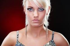 典雅的白肤金发的秀丽的特写镜头纵向 免版税库存照片