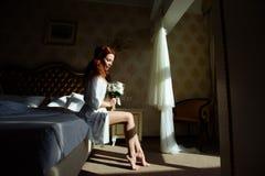 典雅的白色内裤和peignoir的美丽的性感的redhair夫人 户内模型时尚画象  有鞋带linge的秀丽妇女 库存图片