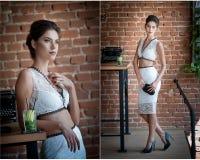 典雅的白色的美丽的深色的夫人两个片断装备摆在葡萄酒场面 图库摄影