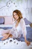 典雅的白色长袍的美丽的性感的夫人 库存图片