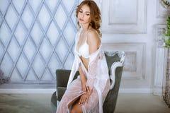 典雅的白色长袍的美丽的性感的夫人 库存照片