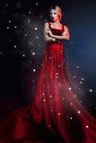 典雅的红色礼服的浪漫秀丽妇女。 专业构成 免版税库存照片