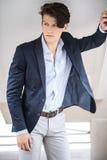 典雅的英俊的人年轻人 演播室时尚画象 免版税库存图片
