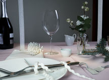 典雅的设置表 圣诞节 浪漫晚餐-桌布,利器,蜡烛,花,芽 图库摄影