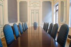 典雅的证券交易经纪人行情室和舒适的椅子 免版税库存图片