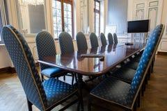 典雅的证券交易经纪人行情室和舒适的椅子 免版税图库摄影