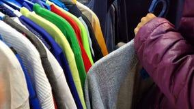 典雅的资深妇女获得购物的乐趣在服装店在城市 股票视频