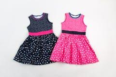 典雅的轻的儿童夏天礼服 桃红色和黑色在白色小点 图库摄影
