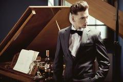 典雅的钢琴演奏家 库存图片