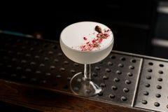 典雅的鸡尾酒杯用在酒吧柜台的鲜美软和甜白色夏天鸡尾酒填装了 库存照片