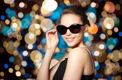 典雅的黑太阳镜的美丽的少妇 图库摄影