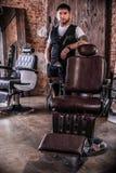 典雅的年轻人在理发店 库存图片