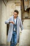 典雅的年轻人室外佩带的羊毛外套 免版税图库摄影