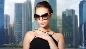 典雅的黑太阳镜的美丽的少妇 免版税库存照片