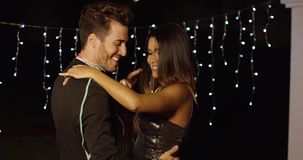 典雅的年轻夫妇跳舞在晚上 影视素材