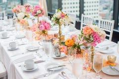 典雅的结婚宴会桌装饰和焦点 图库摄影