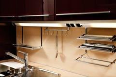 与辅助部件的典雅的厨房水槽 免版税库存图片