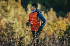 典雅的年轻男性赛跑者赛跑 秋天风景背景  库存照片