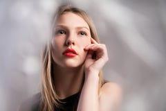 典雅的黑礼服的美丽的女孩 免版税图库摄影