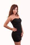 典雅的黑礼服的美丽的棕色头发妇女 免版税库存图片