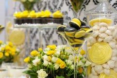 典雅的黄色和黑甜桌 库存照片