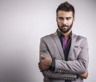典雅的年轻英俊的人。演播室时尚画象。 免版税库存图片