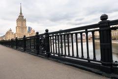 典雅的Novoarbatskiy桥梁的铁加工的篱芭 前苏联旅馆`乌克兰`的著名摩天大楼 莫斯科俄国 免版税库存图片