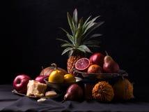 经典静物画用红色桔子、苹果、南瓜、梨和菠萝 库存照片