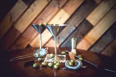 经典马蒂尼鸡尾酒用橄榄,冷在餐馆或客栈 在地方酒吧的酒精鸡尾酒 图库摄影