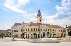 经典巴洛克式的希腊宽容教会和古典主义者科瓦茨议院在奥拉迪亚 免版税库存图片