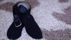 经典黑皮鞋和一条皮带有一个扣的在葡萄酒背景 影视素材