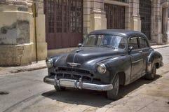 经典黑美国汽车在哈瓦那旧城,古巴 免版税图库摄影