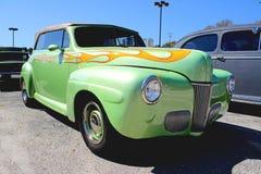 经典绿色敞篷车旧车改装的高速马力汽车。 免版税库存照片