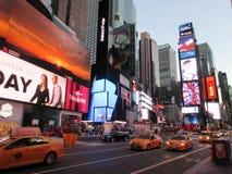 经典NYC、时代广场和黄色出租汽车 库存照片