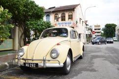 经典VW甲虫在怡保镇,马来西亚路旁停放了  库存图片