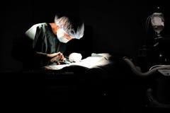 兽医外科的医生运转中室 免版税库存图片