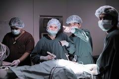 兽医腹腔镜外科的医生运转中室 库存图片