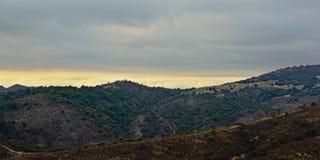 内华达山山和谷在一个多云晚上 库存照片