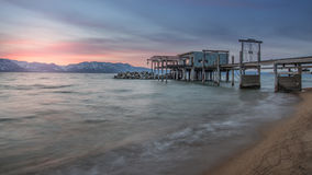 从内华达海滩采取的美好的太浩湖日落和斯诺伊山峰长的曝光,南太浩湖 库存图片